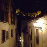 Vista nocturna de La Alhambra de Granada desde una callejuela del Albaycin – Andalucía – España