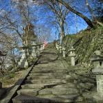 Escaleras al santuario nipón de Kameoka