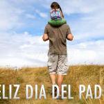 Padre llevando a su hija en sus hombros por el campo