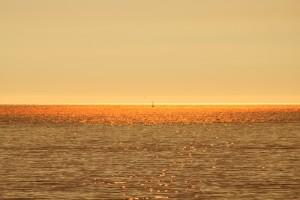 Olas doradas al atardecer Playa América Nigrán