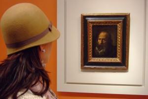 Mujer con sombrero frente a un Velázquez Museo de Bellas Artes de Sevilla