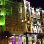 Vista nocturna de fachada de edificio de Sevilla