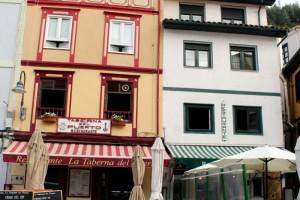Casas y restaurantes en el puerto de Cudillero Asturias