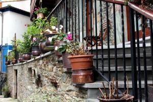 Macetas con flores en casona de Cudillero Asturias