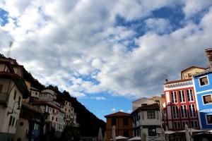Sol y nubes en el cielo de Cudillero