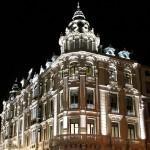 Oviedo edificio neoclásico iluminado a la noche