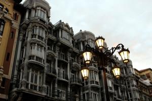 Fachada y farola de Oviedo