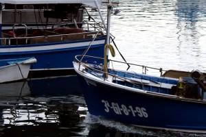 Barcos puerto Luarca Asturias reflejos en el mar