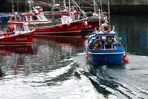 Barco pesca entrando en puerto Luarca
