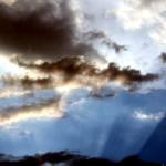 Resplandor y nubes en el cielo