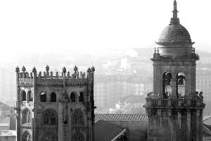 Cimborrio y torre de la Catedral de Orense en blanco y negro