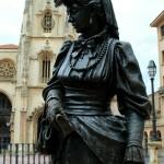 Escultura de la Regenta en Oviedo frente a la catedral