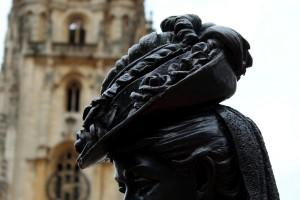 Imagen de la Regenta en Oviedo frente a la catedral