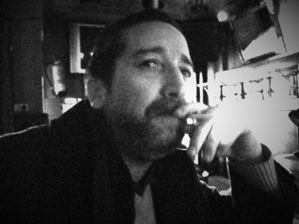 Autoretrato fumando en un club nocturno