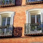 Balcones en edificio antiguo de la calle Atocha de Madrid