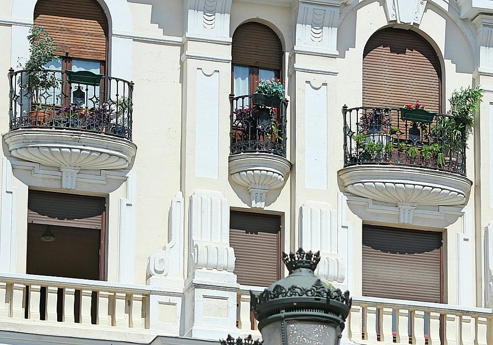 Balcones y farola Plaza Santa Ana Madrid