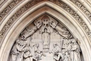 Detalle de la portada de la iglesia de la Santa Cruz en Madrid