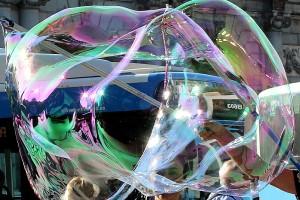 El mundo tras una gran pompa de jabón Puerta de Alcalá Madrid