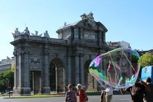 Enorme pompa de jabón en la Puerta de Alcalá Madrid