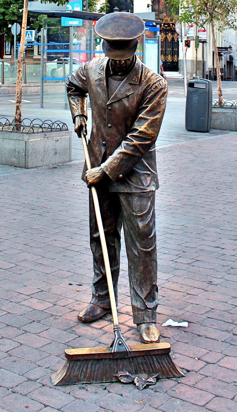 Escultura plaza Jacinto Benavente en Madrid