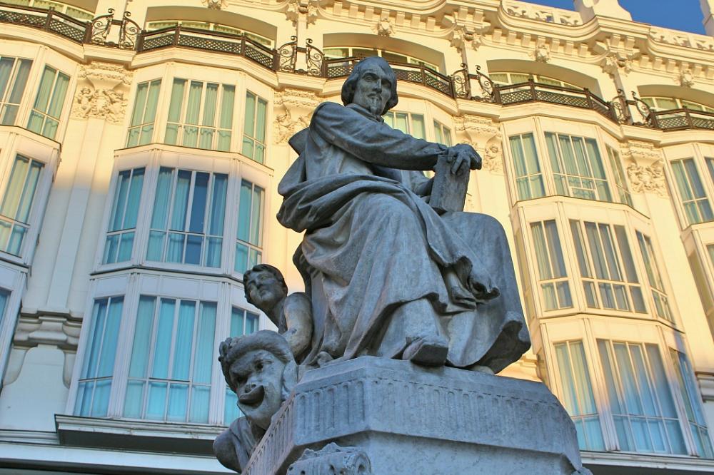 Estatua Pedro Calderon de la Barca plaza Santa Ana Madrid