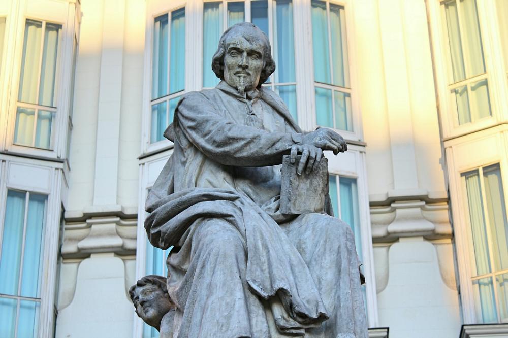 Estatua de Pedro Calderon de la Barca en Madrid - plaza de Santa Ana