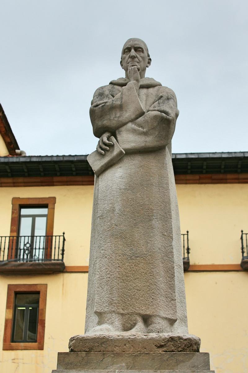 Estatua del Padre Feijoo en Oviedo
