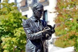 Estatua homenaje a García Lorca en Madrid Plaza de Santa Ana