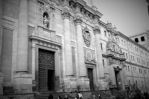 Fachada de la Universidad Pontificia de Salamanca en blanco y negro