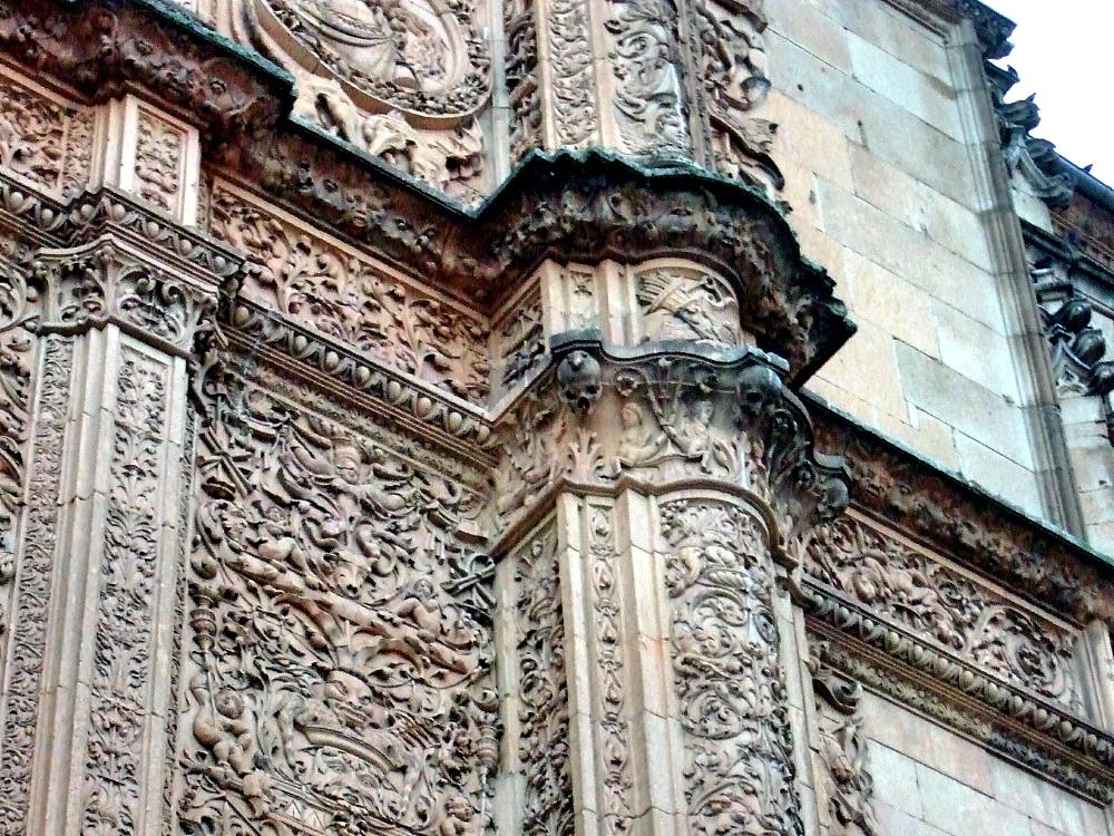 Fachada de la Universidad Salamanca con la calavera y la rana