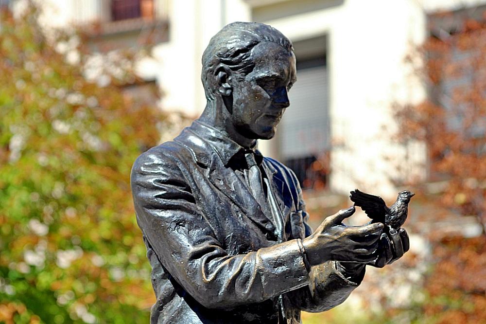 Federico García Lorca en plaza Santa Ana estatua Madrid