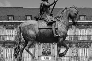 Felipe III estatua plaza Mayor Madrid b&w