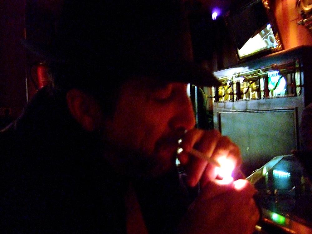 Imagen del autor fumando