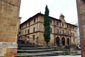 Monasterio de San Pelayo Oviedo desde la Plaza de Feijoo