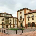 Plaza del padre Feijoo de Oviedo con la facultad de Psicología