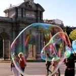 Pompas de jabón en la Puerta de Alcalá Madrid