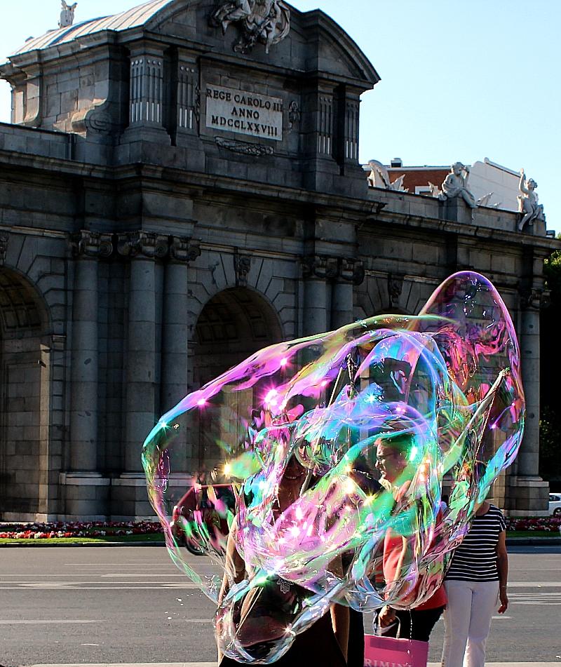Puerta de Alcalá pompa de jabón y turistas