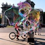 Turistas ciclistas pompas de jabon y Puerta de Alcalá