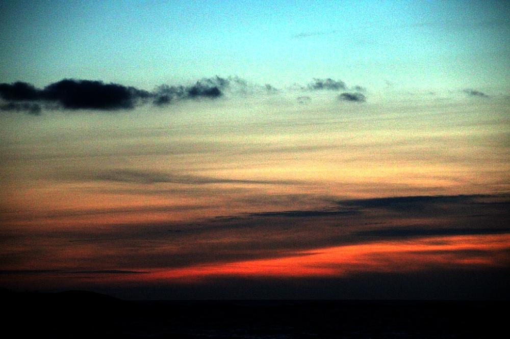 Horizonte con nubes multicolores