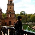 Mujer en balcon en plaza de España Sevilla