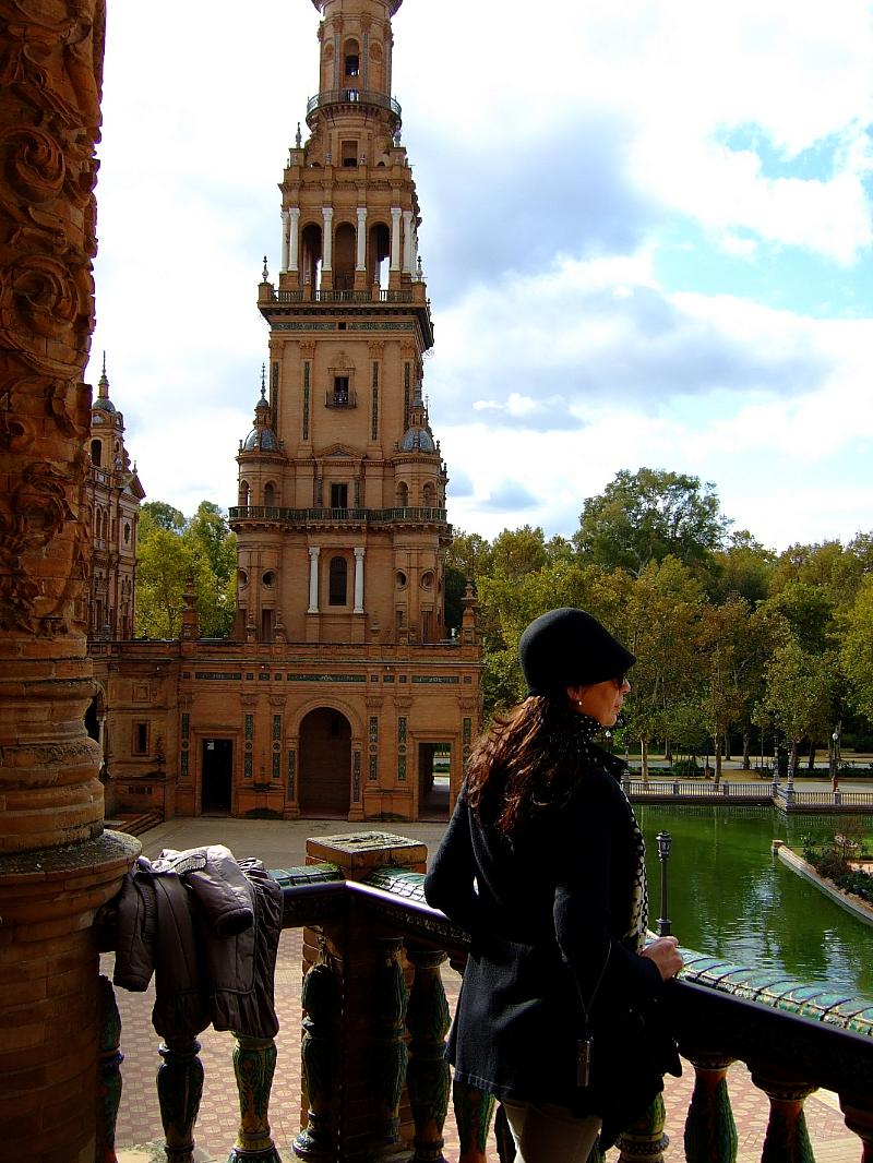 Bella mujer asomada a la Plaza de España de Sevilla