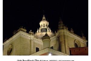 Cúpula de iglesia en Sevilla vista nocturna