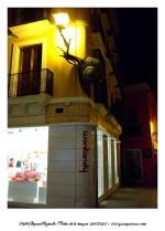 Caracol en fachada de edificio en Sevilla
