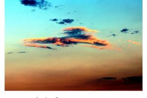 Cielo y nubes en atardecer dorado