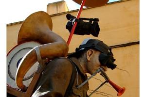 Escultura hombre orquesta Isla Cartuja Sevilla vista lateral