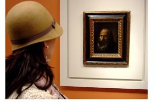 Mujer admira la Cabeza de Apóstol – Pintura de Diego Velázquez – Museo de Bellas Artes de Sevilla