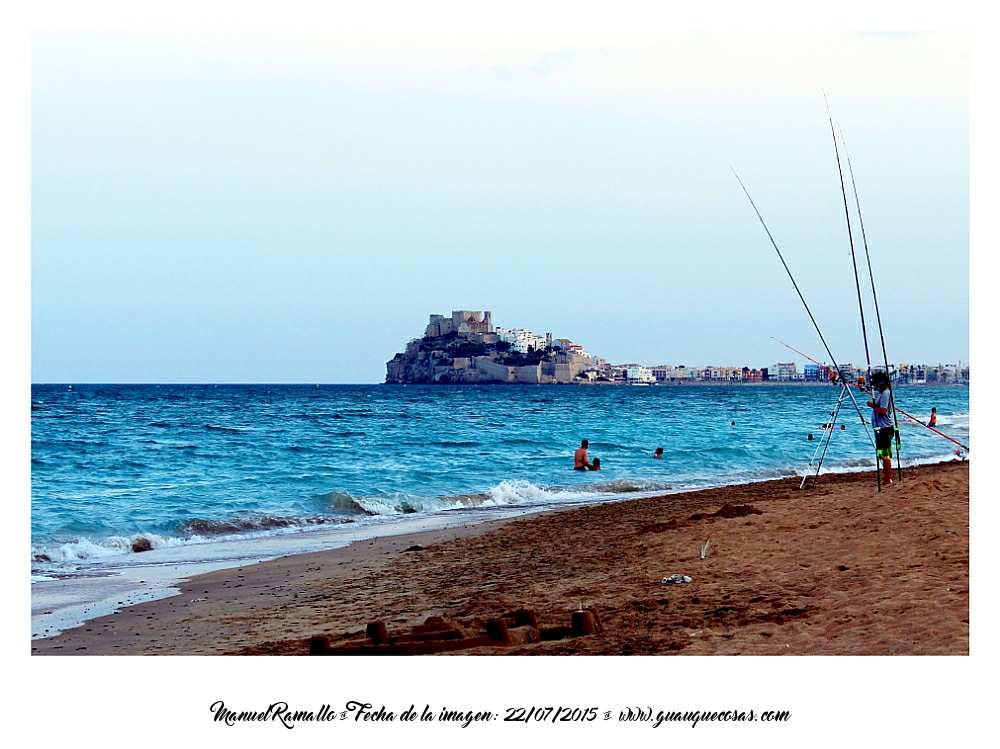 Pesca y playa en Peñíscola con el castillo al fondo Foto Manuel Ramallo