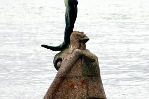 Puerto de Cangas de Morrazo escultura en el mar