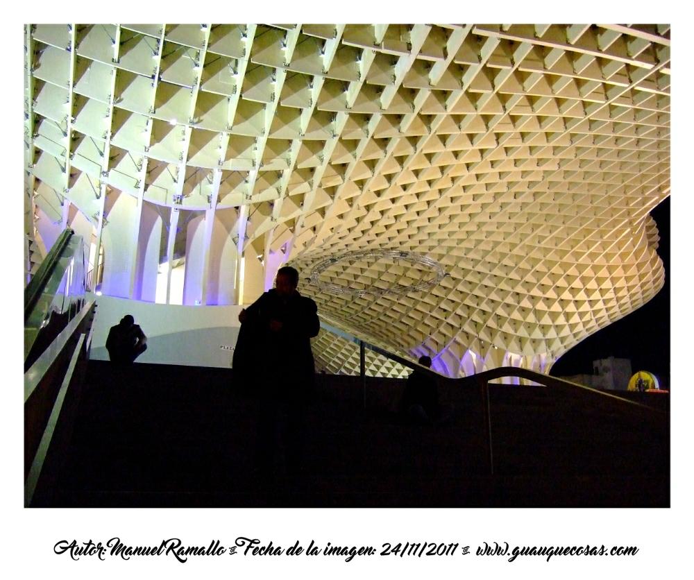 Siluetas y seta en la Plaza Mayor de Sevilla