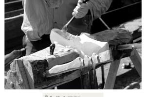 Artesano haciendo zuecas de madera Raigame 2016 Vilanova dos Infantes Celanova blanco y negro B&W – Imagen: Manuel Ramallo